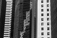 New York , reflection on a mirror tower in lower Manhattan . reflet sur un building