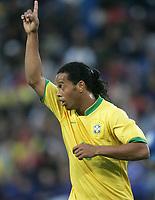 Ronaldinho zeigt mit den Fingern nach oben. © Valeriano Di Domenico/EQ Images