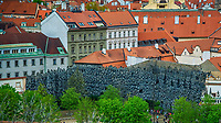 Prague, la ville aux mille tours et mille clochers, n'a pas seulement inspire Andre Breton et les surrealistes. Chaque annee, la belle Tcheque seduit des millions d'admirateurs du monde entier. Monuments, façades et statues racontent une histoire mouvementee ou planent les ombres du Golem, de Mucha ou de Kafka.<br /> Depuis 1992, le centre ville historique est inscrit sur la liste du patrimoine mondial par l'UNESCO<br /> Les jardins du comte de Wallenstein