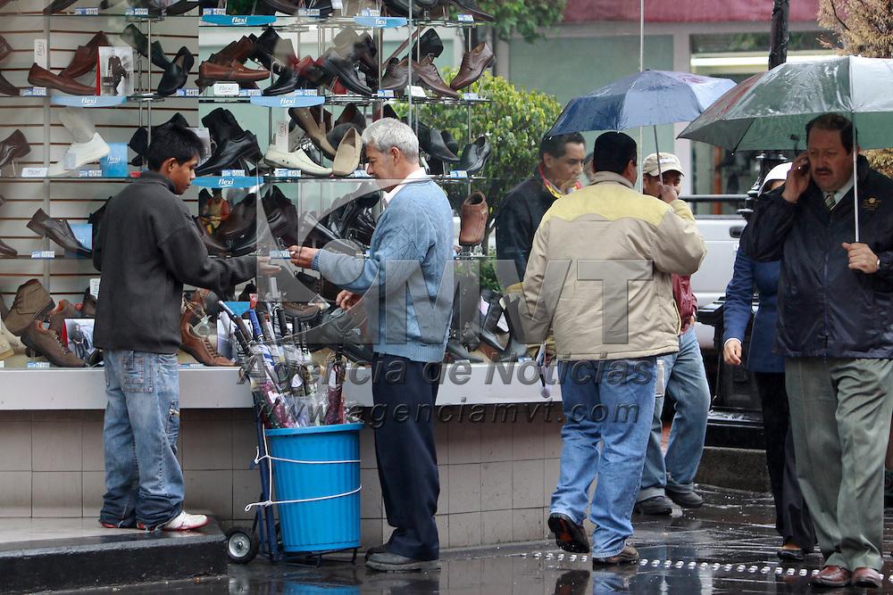 """TOLUCA, México.- Debido al clima lluvioso que impera en la mayor parte de la República Mexicana debido  a la tormenta tropical """"Arlene"""" uno de los negocios del día es la venta de paraguas, en el centro de Toluca, se pueden observar varios ambulantes ofreciéndolos para que la gente se pueda proteger de la lluvia. Agencia MVT / Crisanta Espinosa. (DIGITAL)"""