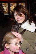 Premiere van Nanny McPhee in Tuschinski Amsterdam in aanwezigheid van Emma Thompson en Colin Firth .<br /> <br /> <br /> <br /> Premiere of Nanny McPhee in Tuschinski Amsterdam in the presence of Emma Thompson and Colin Firth<br /> <br /> <br /> <br /> Op de foto / On the photo:<br /> <br /> <br /> <br /> Kim van Kooten <br /> <br /> <br /> <br /> Esther Duller met dochtertje Beau en Britt
