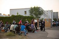 DEU, Deutschland, Germany, Berlin, 13.08.2015: Flüchtlinge warten auf den Einlass zur Erstregistrierung vor der kurzfristig eingerichteten Notunterkunft im Berliner Stadtteil Karlshorst. Die vom DRK betriebene Erstaufnahmestelle in der Köpenicker Allee soll die Zentrale Aufnahmeeinrichtung für Asylbewerber der LaGeSo in Moabit entlasten.