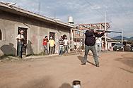 Provando alcuni fucili appena donati all'autodifesa. Alcune armi sono molto vecchie, come il trenta trenta, fucile usato nella rivoluzione messicana.
