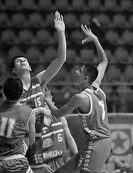 DUSAN STEVIC, kosarkas Crvene zvezde, na prvenstvenoj utakmici protiv Olimpije, i ZARKO DJURISIC, u hali Pionir.<br /> Beograd, 24.03.1990.<br /> foto: Nebojsa Parausic<br /> <br /> Kosarka, Crvena zvezda, Olimpija