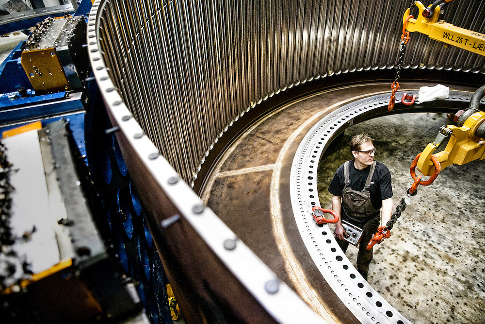 Klaus Duelund, medarbejder hos AH Industries og ansvarlig for cnc-centret <br /> AH Industries har Danmarks største cnc-center. Fordi det er landets største, er netop dette cnc-center specielt i forhold til de tusindvis af andre cnc-centre i industrien. Artiklen skal forklare teknologien bag, og forklare hvordan cnc-centret fungerer, hvad det bruges til samt hvilke arbejdsopgaver Metalmedlemmer har med cnc-centret. Artiklen skal vinkle på, at cnc-centret er stort.