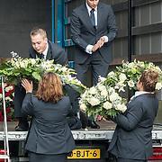 NLD/Amsterdam/20171014 - Besloten  herdenkingsdienst overleden burgemeester Eberhard van der Laan, bloemen worden in een vrachtwagen geladen naar het kerkhof