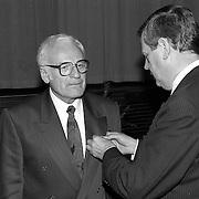 NLD/Huizen/19910207 - KO voor dhr. Boor uit Huizen in het Visnet uitgereikt door burgemeester Hoekzema