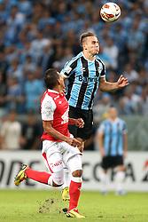 Bressan do Grêmio disputa a bola com Wilder Medin  do Santa Fé, da Colômbia, em partida válida pela Copa Libertadores da América 2013. FOTO: Jefferson Bernardes/Preview.com