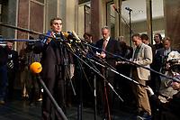 12 DEC 2003, BERLIN/GERMANY:<br /> Peter Mueller, CDU, Ministerpraesident Saarland,  gibt ein Pressestatement, Sitzung des Vermittlungsausschusses, Bundesrat<br /> IMAGE: 20031212-01-071<br /> KEYWORDS: Mikrofon, microphone, Pressekonferenz, Journalist, Journalisten, Peter Müller