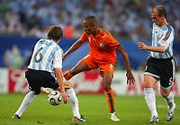 Fotball<br /> VM 2006<br /> Foto: DPPI/Digitalsport<br /> NORWAY ONLY<br /> <br /> Argentina v Elfenbenskysten<br /> <br /> FOOTBALL - WORLD CUP 2006 - STAGE 1 - GROUP C - ARGENTINA v IVORY COAST - 10/06/2006<br /> <br /> BONAVENTURE KALOU (IVO) / GABRIEL HEINZE / ESTEBAN CAMBIASSO (ARG)