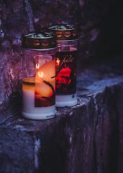 THEMENBILD - Allerheiligen und Allerseelen - Gedenkkerze auf einem Grab. Am 1. November, gedenken Katholiken- aller Menschen, die in der Kirche als Heilige verehrt werden. Das Fest Allerseelen am darauf folgenden 2. November, ist dem Gedaechtnis aller Verstorbenen gewidmet, aufgenommen am 18. Oktober 2018, Ort, Österreich // All Saints 'Day and All Souls' Day - memorial candle on a grave. On November 1, Catholics commemorate all people worshiped as saints in the Church. The feast of All Souls on the following 2nd of November, is dedicated to the memory of all the deceased on 2018/10/18, Ort, Austria. EXPA Pictures © 2018, PhotoCredit: EXPA/ Stefanie Oberhauser