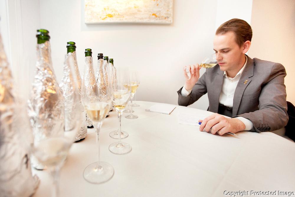 371455-Willem Van Den Broeck, beste sommelier van het land, test blind voor GVA 8 champagnes uit in zijn restaurant-antwerpsestraat 146 Lier