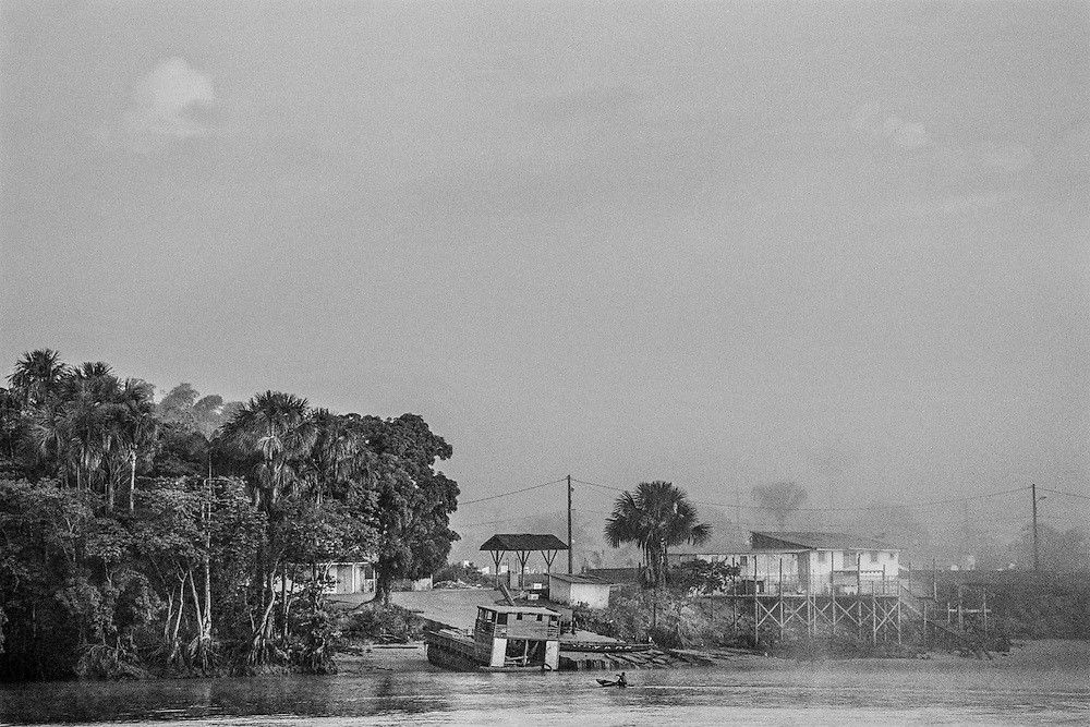 French guiana, St Georges, frontiere franco-bresilienne.<br />   <br /> Separee du bresil par le fleuve oyapock, St Georges est un des gros points de passage de l'immigration clandestine entre les 2 pays. Le bourg a su en tirer parti et l'economie souterraine a largement profitee a ses habitants. Creoles, amerindiens et bresiliens s'y cotoient.<br /> <br /> Une route ouverte en juin 2003 permet de relier Cayenne. Quelques taxis officiels font la navette sur la piste qui ne desemplit pas de 4x4 clandestins ou s'entassent les ouvriers bresiliens a la recherche de travail sur le sol guyanais.<br /> La construction d'un pont devrait prochainement permettre le passage du fleuve. L'etat francais entend maintenant controler cette frontiere jusqu'ici permeable. Outre les renforts de gendarmerie, la legion et les fonctionnaires des douanes, 60 membres de la PAF (police de l'air et de frontieres) vont y prendre leur fonction en 2006.