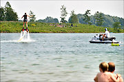 Nederland, Valburg, 5-7-2015Een strandclub aan een grote waterplas biedt flyboarden aan voor haar bezoekers.FOTO: FLIP FRANSSEN/ HOLLANDSE HOOGTE