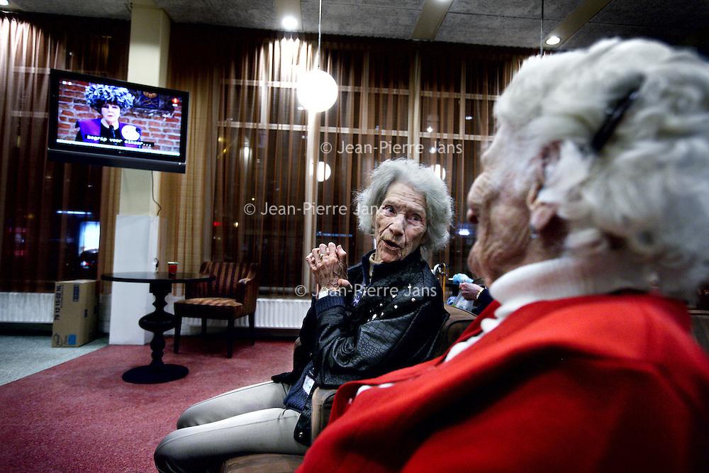Nederland, Amsterdam , 28 januari 2013..In bejaardentehuis Tabitha wordt flink geroddeld n.a.v. de toespraak van koningin Beatrix op de televisie nadat ze vanavond haar nakende troonsafstand bekend heeft gemaakt..Foto:Jean-Pierre Jans