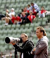 Fotball<br /> Trening før landskamp Norge - Island<br /> ONSDAG 03.09.08<br /> Bislett Stadion<br /> Jon Møland (t.h.) foran supporterne som fikk beskjed om å være stille<br /> Foto - Kasper Wikestad
