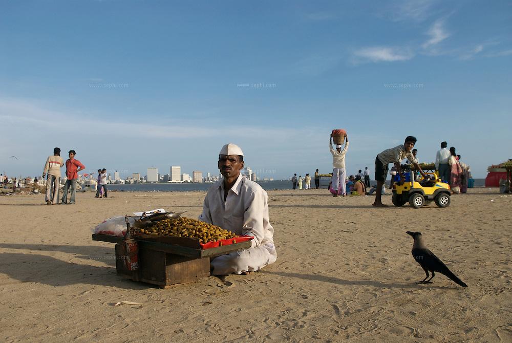 A ground-nuts (mungfali) vendor on Chowpatti beach, Mumbai, June 2007