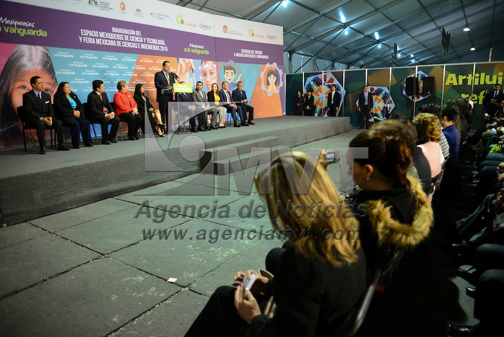 Toluca, Méx.- Eruviel Ávila Villegas, gobernador del Estado de México realizó la entrega del Premio a Inventores e Innovadores del Estado de México que entrega cada año el Consejo Mexiquense de Ciencia y Tecnología (COMECyT), durante la inauguración de la Feria Mexicana de Ciencia e Ingeniería 2015. Agencia MVT / Crisanta Espinosa