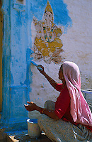 Inde, Rajasthan, Jodhpur la ville bleue, Peinture d'une facade lors de la fete de Dipawali // India, Rajasthan, Jodhpur, The blue city, New painting for Diwali festival