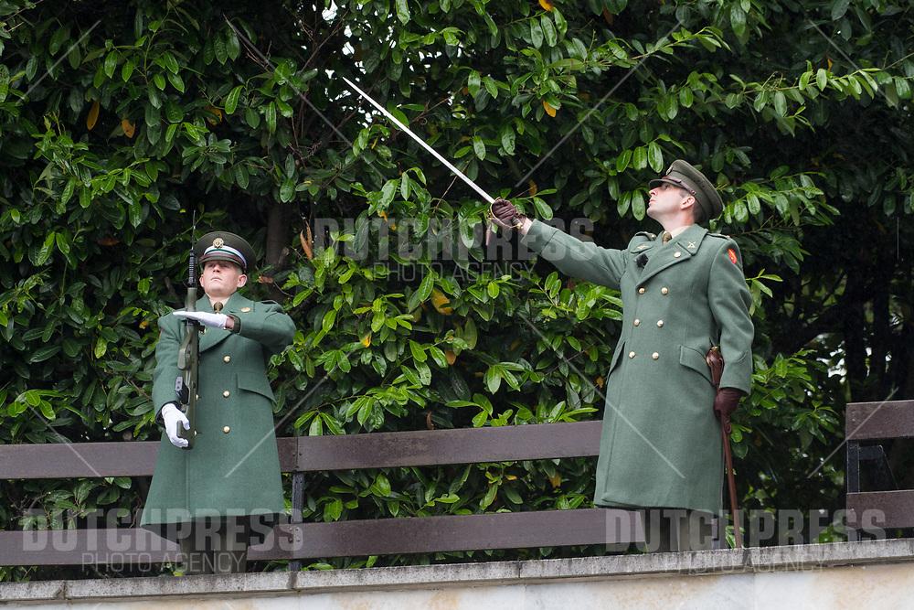 Ceremonieel tijdens de kranslegging bij Garden of Remembrance in Dublin, op dag 1 van het 3-daags staatsbezoek van het Nederlands Koningspaar aan Ierland.