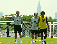 Fotball<br /> <br /> Manchester United i USA 2003<br /> <br /> Foto: Digitalsport<br /> <br /> NORWAY ONLY<br /> <br /> Photo Aidan Ellis.<br /> Manchester United Training session in New York.(29/07/03).<br /> Alex Ferguson gives out  orders during training with New Yorks Empire State building in the background.