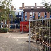 Sloop van de flats aan de Westhove Huizen, hek, hekwerk, verval, leegstand, bouw, rommel,