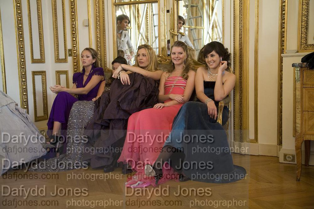 JUDITH DE LA WARREN, REBECCA VON MEISTER, GEMIMA LEMOS MCMAHON, TANSY ASPINALL, ANNA WALLENBERG AND ALEXANDRA KOLASINKI. Crillon Debutante Ball 2007, Getting Ready. Crillon Hotel Paris. -DO NOT ARCHIVE-© Copyright Photograph by Dafydd Jones. 248 Clapham Rd. London SW9 0PZ. Tel 0207 820 0771. www.dafjones.com.