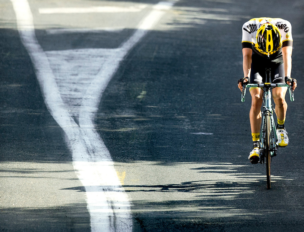 Frankrijk, Muret, 17-07-2015.<br /> Wielrennen, Tour de France.<br /> Etappe van Muret naar Rodez.<br /> Wilco Kelderman van de Lotto-Jumbo ploeg wordt 200 meter voor de finish ingelopen door het peleton en ziet een overwinning aan zich voorbij gaan.<br /> Foto: Klaas Jan van der Weij