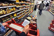 Nederland, Millingen aan de Rijn, 3-5-2012Supermarkt.Deze C1000 zal in de toekomst verder gaan als Albert Heijn. Boodschappenlijstje,lijstje,vergeten,Foto: Flip Franssen/Hollandse Hoogte
