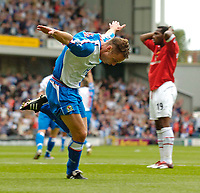 Fotball<br /> Foto: SBI/Digitalsport<br /> NORWAY ONLY<br /> <br /> Blackburn Rovers v Manchester United<br /> Barclays Premiership, 28/08/2004<br /> <br /> Blackburn's Paul Dickov (L) celebrates after scoring while Manchester United's Eric Djemba-Djemba can only hold his head in his hands.