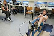 Jan Bos is bezig met de simulatie van de record race, terwijl zijn vriendin toekijkt. Op de VU in Amsterdam  doen Sebastiaan Bowier en Jan Bos van het Human Powered Team Delft en Amsterdam een simulatie van het traject van de recordrace in Battle Mountain. De onderzoekers van het team gaan een zo optimaal mogelijke opbouw berekenen.<br /> <br /> Jan Bos at the simulation of the record race, while his girlfriend is watching him. At the VU university in Amsterdam Sebastiaan Bowier and Jan Bos of the Human Powered Team Delft and Amsterdam are  undergoing a simulation of the race at Battle Mountain. Goal of the simulation is to calculate the optimal match up.