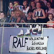 NLD/Hilversum/20110204 - 2e Liveshow Sterren Dansen op het IJs 2011, fans met spandoek van Ralf Mackenbach