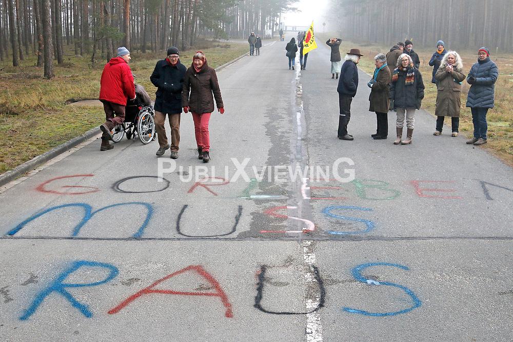 Mit dem Neujahrsempfang am 1. Januar begrüßt die Bürgerinitiative Umweltschutz Lüchow-Dannenberg (BI) traditionell das neue Jahr. Auch am 1. Januar 2020 gab es einen kurzen Rückblick auf das vergangene Jahr und den Blick nach vorn, auf die Herausforderungen und Veranstaltungen im 43sten Protestjahr.<br /> <br /> Ort: Gorleben<br /> Copyright: Andreas Conradt<br /> Quelle: PubliXviewinG