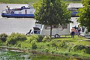 Nederland, Slijk-Ewijk, 3-6-2013Op camping De Grote Altena is men bezig de caravans die dicht aan het water staan in te pakken en te verplaatsten vanwege het verwachte hoogwater in de Waal.Foto: Flip Franssen/Hollandse Hoogte