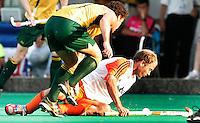 TERRASSA - Teun de Nooijer houdt liggend de bal onder controle in duel met Brent Livermore van Australie, zondag tijdens de Champions Trophy wedstrijd Nederland-Australie in Terrassa, Spanje. ANP PHOTO KOEN SUYK