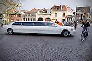 In Utrecht probeert een grote verlenge limousine een draai te maken in een smalle straat.<br /> <br /> In Utrecht a big limousine is trying to round the corner in a small street.