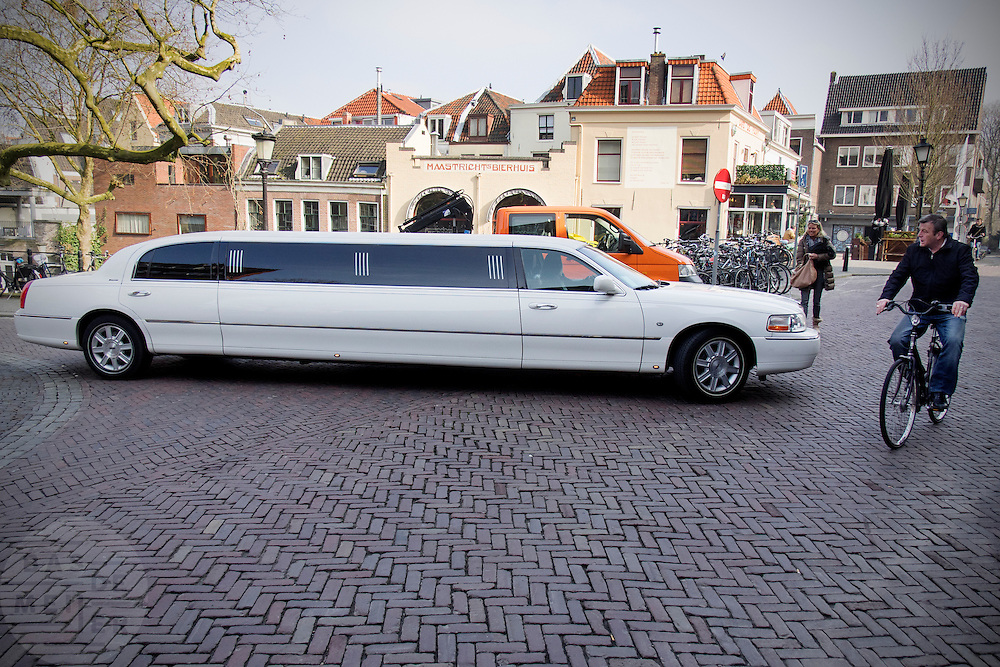 In Utrecht probeert een grote verlenge limousine een draai te maken in een smalle straat.<br /> <br /> In Utrecht a big limousine is trying to round the corner in a small street.