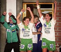 20011104: Elise Alsand og Bodil Flo Berge ,  Våg Vipers jubler etter tomålseieren borte mot NTG/Stabæk. (Foto: Andreas Fadum, Digitalsport)