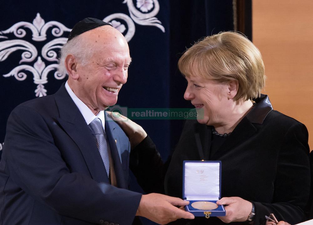 Rabbiner Arthur Schneier, Bundeskanzlerin Angela Merkel (CDU)   bei der Verleihung der Ohel-Jakob Medaille an Kanzlerin Merkel anlässlich des  10. Jahrestags der Einweihung der neuen Münchner Hauptsynagoge<br /> <br /> / 091116<br /> <br /> *** Chancellor Merkel receiving the Ohel Jakob Medal at the Main Synagogue in Munich, Germany; November 9th, 2016 ***