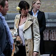 NLD/Amsterdam/20101012 - Herdenkingsdienst overleden Antonie Kamerling, Isa Hoes en kinderen Vlinder en Merlijn
