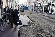 In Utrecht wordt gewerkt aan de herinrichting van de Twijnstraat, de oudste winkelstraat van de stad. De straat in de historische binnenstad wordt autoluw gemaakt. Fietsers en voetgangers krijgen meer ruimte. De leefbaarheid moet zo verbeterd worden.<br /> <br /> Utrecht is working on the redesign of the Twijnstraat, the oldest shopping street of the city. The street in the historic city is made car-free. Cyclists and pedestrians have more space.
