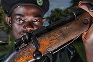Impressionen aus den Bangweulu Swamps im nördlichen Sambia. Scouts der ZAWA, der Zambian Wildlife Authority, auf Chikuni Island. Der junge Scout Timoth Tambatamba mit Gewehren, die man Wilderern abgenomnen hatte.