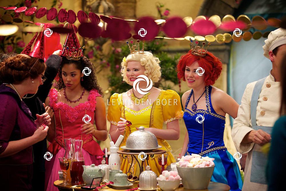 SCHELLE (BELGIE) - In Studio100 word het nieuwe tv programma van Studio100 'Prinsessia' opgenomen. Met hier op de foto  vlnr Juf Flora (Bettina Berger), Prinses Roos (Désirée Viola), Prinses Madeliefje (Sylvia Boone) en Prinses Violet (Fauve Celeste Geerling). FOTO LEVIN DEN BOER - PERSFOTO.NU