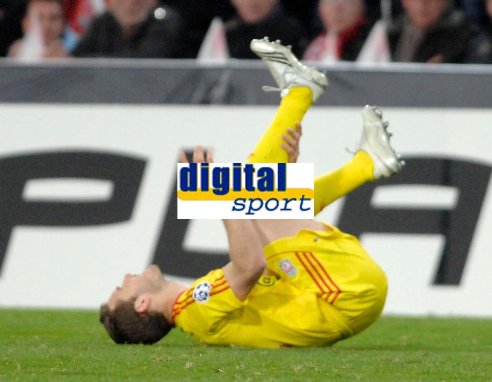 Photo: RIchard Lane.<br />PSV Eindhoven v Liverpool. UEFA Champions League, Quarter Final, 1st Leg. 03/04/2007. Liverpool's Aurelio Fabio pulls up injured.