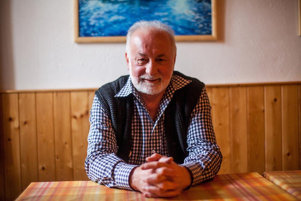 """Interview mit Horst D. Löffler in Oberplan (Horni Plana). """"Das einstige Sudetengebiet, deutsche Dörfer in der tschechischen Grenzregion, ist eine Welt für sich - mit ihren Bergen und der fast unberührten Natur ist es aber eine schöne Welt. Und das ist, was beide verbindet: Tschechen und Deutsche. Angesiedelte und Vertriebene."""""""