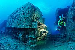 Schiffswrack SS Thistlegorm, Taucher am Schiffs Wrack bei Lokomotive, Shipwreck SS Thistlegorm, Schuba diver on Ship wreck, near locomotive, Rotes Meer, Ägypten, Red Sea Egypt