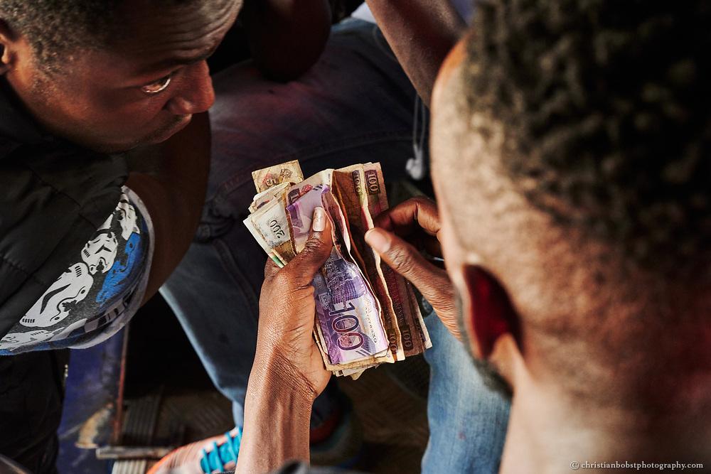 Geld regiert die Welt - und ganz besonders auch die Matatu Metropole Nairobi. Bahati Kimathi (23), einer der Makangas des Hotwhell-Matatu, zählt seine Einnahmen. Schnell viel Geld zu verdienen ist das erklärte und höchste Ziel jedes Makangas.