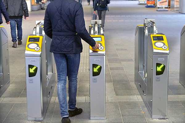 Nederland, Arnhem, 4-11-2015Passagiers op nijmegen centraal checken in en uit met hun ovchipkaartbij de ov palen, terminals. FOTO: FLIP FRANSSEN/ HH