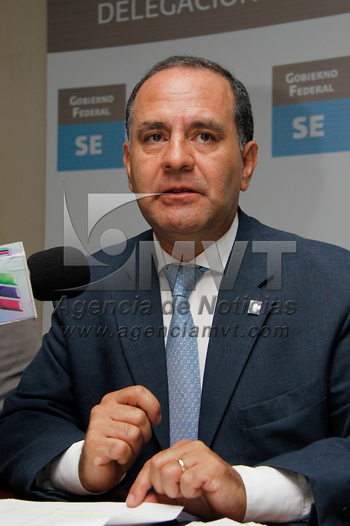 Toluca, México.- Gustavo Arturo Vicencio Acevedo, delegado de la Secretaría de Economía en conferencia de prensa presentó la agenda de Mejora Regulatoria para cinco municipios mexiquenses. Agencia MVT / Crisanta Espinosa