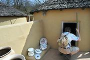 Nederland, Berg en Dal, 23-4-2016Bezoeker in het Afrikamuseum .Nationaal Museum van Wereldculturen. Het Afrika Museum in Berg en Dal, Gelderland, is geheel gewijd aan kunst uit en culturen van het continent Afrika. Er is aandacht voor Afrikaanse architectuur, Afrikaanse visies op kunst en schoonheid, hedendaagse Afrikaanse kunst en religie en samenleving. Wat nu een rijke, goed gedocumenteerde collectie voorwerpen uit Afrika is, begon als een bescheiden, maar waardevolle particuliere verzameling van de missionarissen van de Congregatie van de H. Geest. Minister Bussemaker van Cultuur begeleidde in 2014 de fusie van het Afrika Museum uit Berg en Dal, Rijksmuseum Volkenkunde uit Leiden en Tropenmuseum uit Amsterdam. De drie gaan verder als het Nationaal Museum van Wereldculturen. Foto: Flip FranssenFoto: Flip Franssen